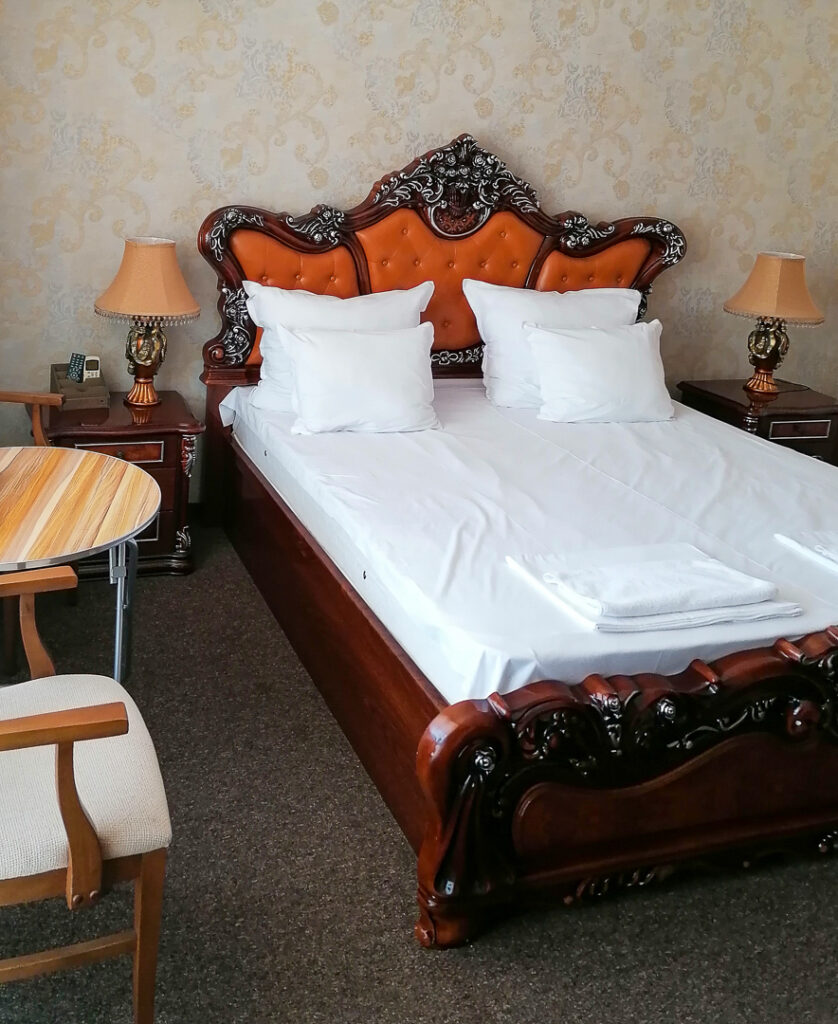 Large and pretty confortable bed